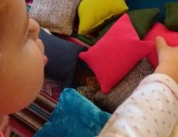 Activité avec les coussins tactiles montessori