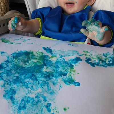 bébé découvre la peinture maison