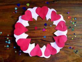 Création d'une couronne cœur de Saint Valentin en papier