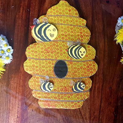 Bricolage ruche en carton et ses abeilles