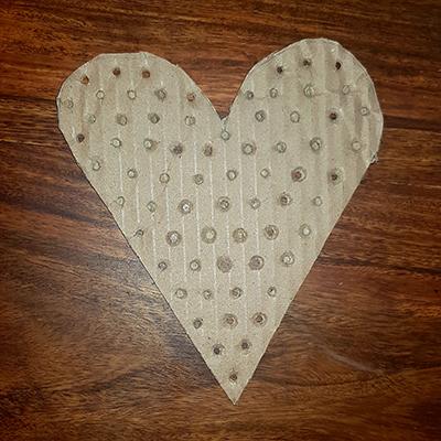 coeur en carton avec trous avec la perforatrice