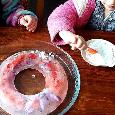 activité sensorielle avec de la glace : déposer du gros sel