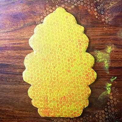 peindre avec papier bulles pour faire les alvéoles de la ruche