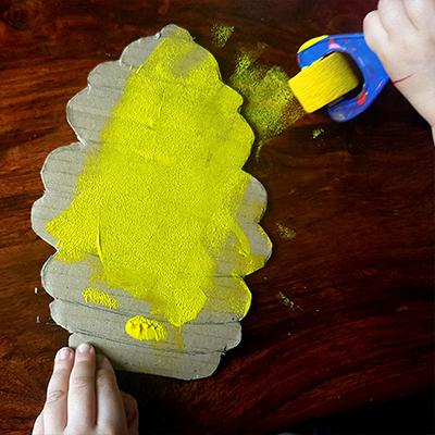 peinture jaune sur ruche en carton