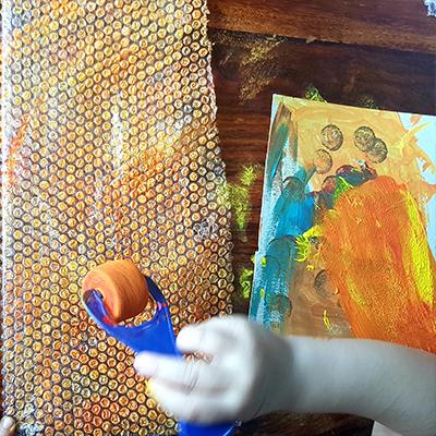 peinture orange sur papier bulles