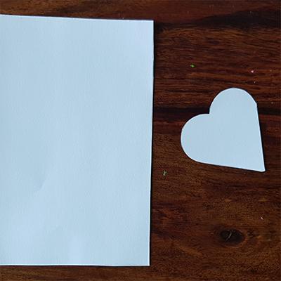découpe coeur et feuille cartonnée