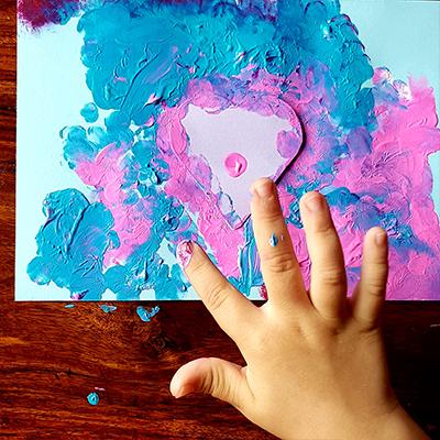 peinture au doigt autour du pochoir