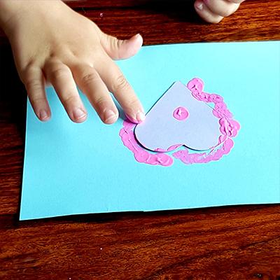 tapoter avec son doigt pour déposer la peinture, création carte fête des gens qu'on aime