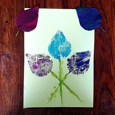 empreinte, peinture avec feuille d'arbre pour faire un bouquet de fleurs