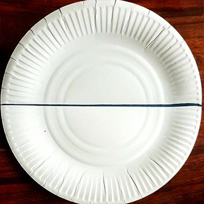 trait au milieu de l'assiette en carton