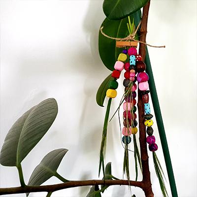 création éphémère avec des perles et de l'herbe