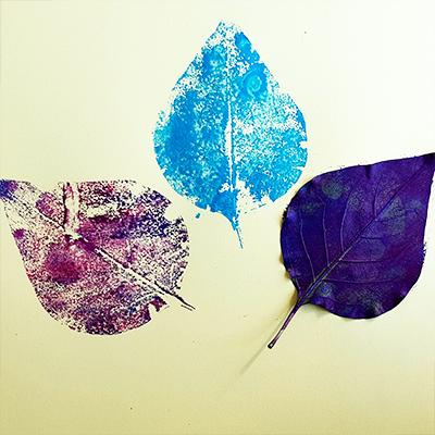 peinture avec empreinte d'une feuille arbre
