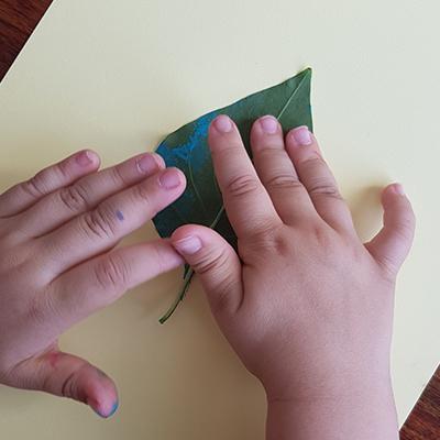 déposer la feuille peinte sur la feuille