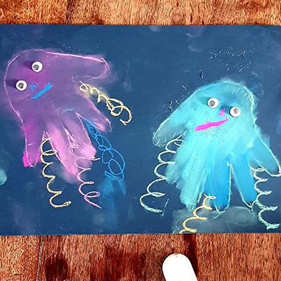 je dessine des méduses avec la main, et du pastel