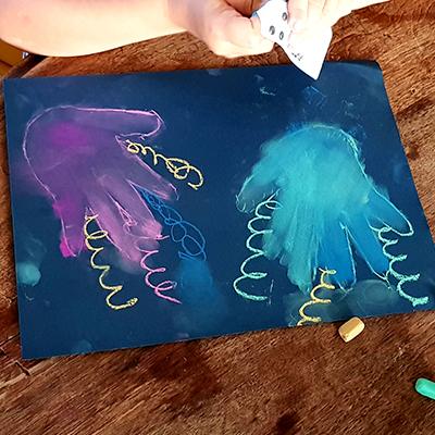 étaler le pastel pour colorier la méduse