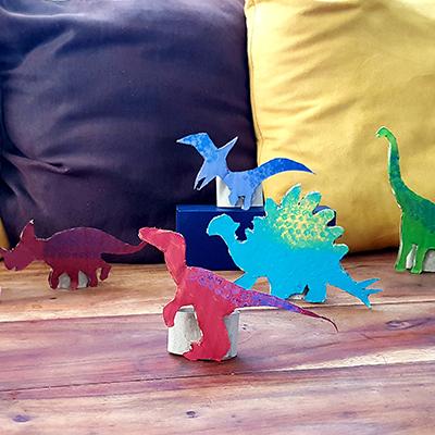 création de figurines dinosaures en carton