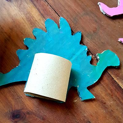 collage d'un rouleau de papier toilettes sur le dinosaure