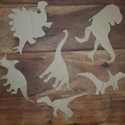découpe des dinosaures en carton