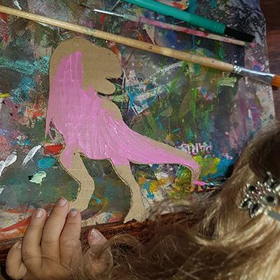 peindre en rose le dinosaure t-rex